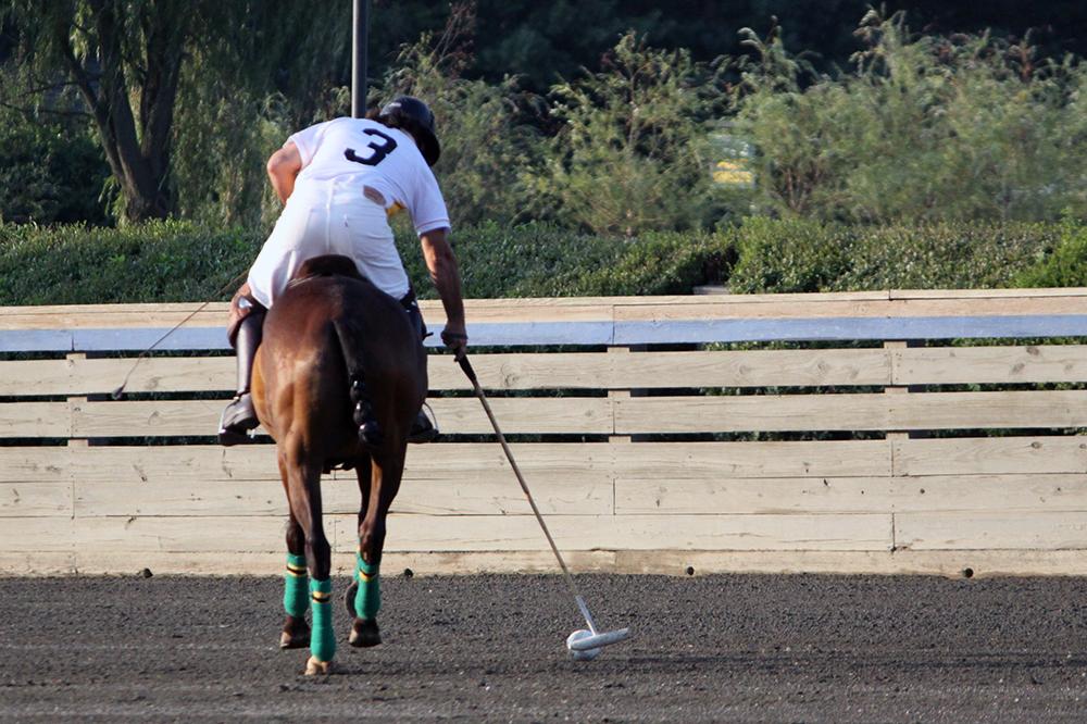 Les joueurs utilisent un long maillet pour déplacer la balle d'un bout à l'autre du terrain