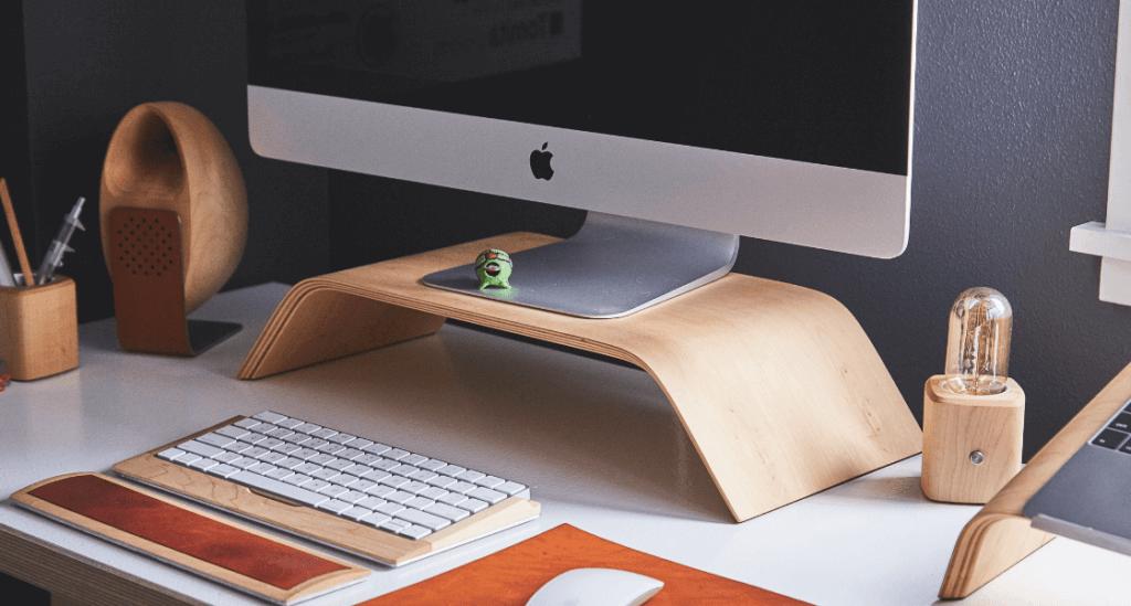 bureau avec rehausseur d'écran d'ordinateur