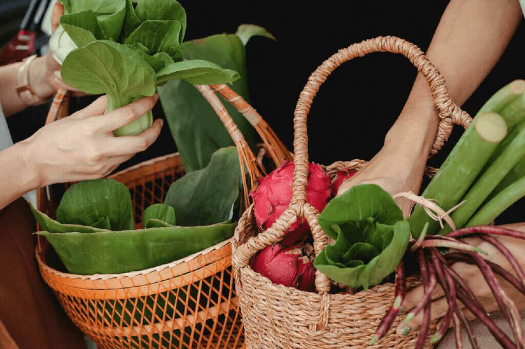 échange de légumes dans des paniers potagers