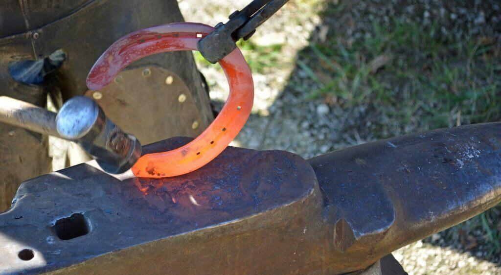 Les maréchaux-ferrants travaillent principalement sur la pose des fers, même s'ils peuvent aussi s'occuper des chevaux pieds nus