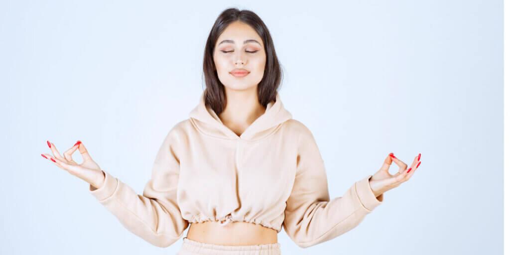 jeune femme zen en pose de méditation